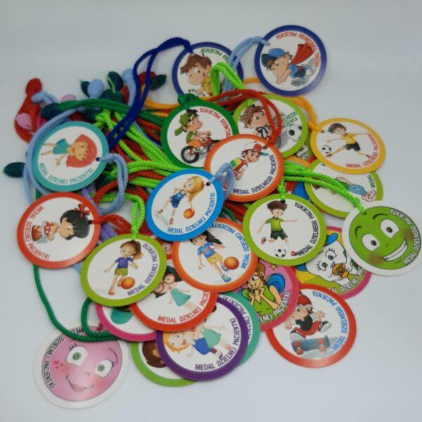 medale na kolorowych sznurkach